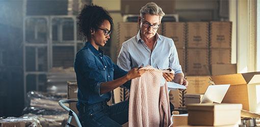 Kvinde og mand kigger på produkter i e-handelslager