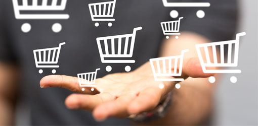 Solteq blog - verkkokaupan asiakas ojentaa kättään ja yläpuolella leijuu ostoskärry-ikoneita