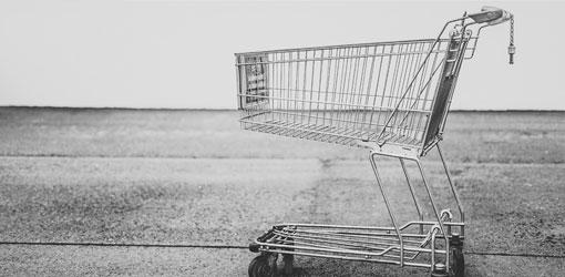 Solteq blog - harmaasävyinen kuva tyhjistä ostoskärryistä