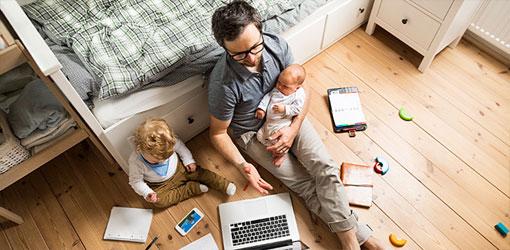 Solteq blog isä lapsien kanssa tekemässä etätöitä
