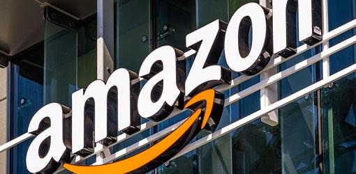 Amazon logo valomainoksessa toimistorakennuksen seinällä