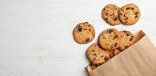Suklaakeksejä pöydällä ja pussissa - cookies