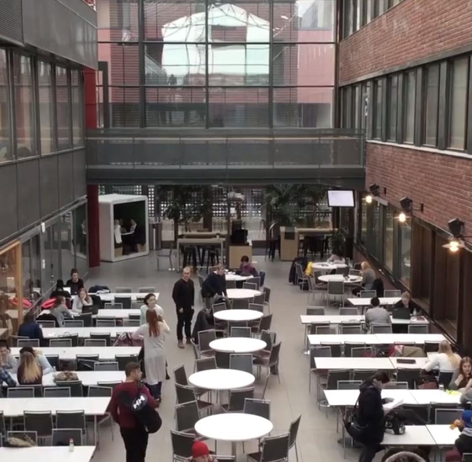 Haaga-Helia - oppilaitoksen aulassa opiskelijoita