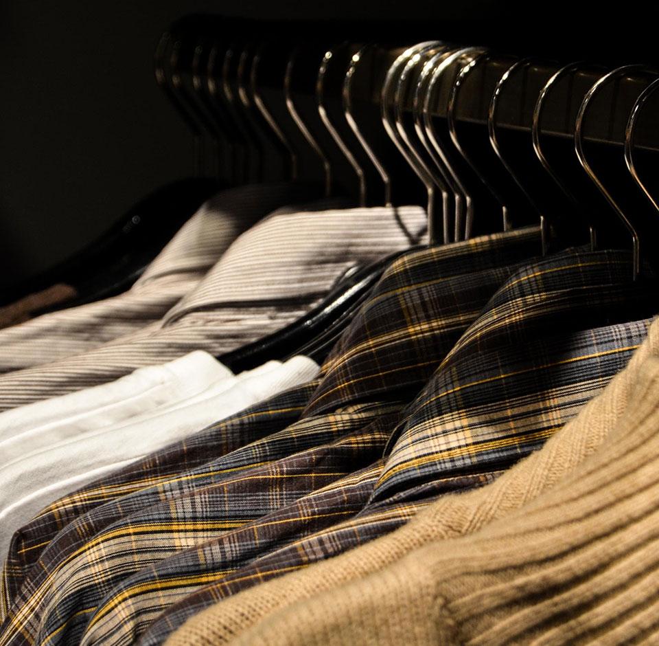 SPR Kontti - vaatteita roikkuu henkarista