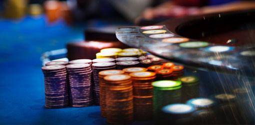 RAY - pelimerkkejä sinisellä rulettipöydällä