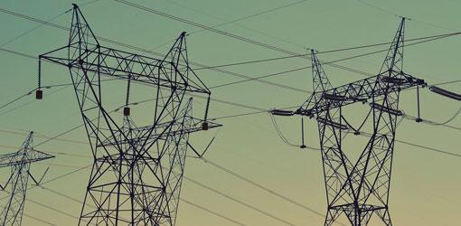 Tammisaaren Energia - sähkötolppia vihertävää taivasta vasten