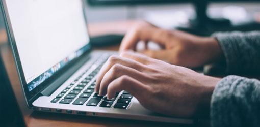 Solteq news - kädet kannettavan tietokoneen näppäimistöllä ja näytöllä tiedonvaihtojärjestelmä datahub