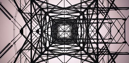 Solteq news - näkymä ylöspäin sähkölinjan runkotolppaan