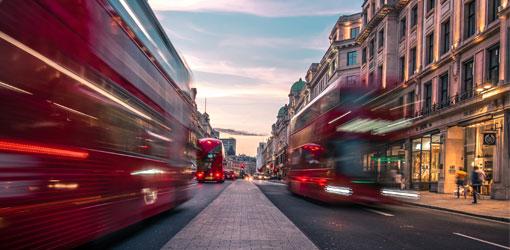 London byutsikt med dobbeltdekkbusser