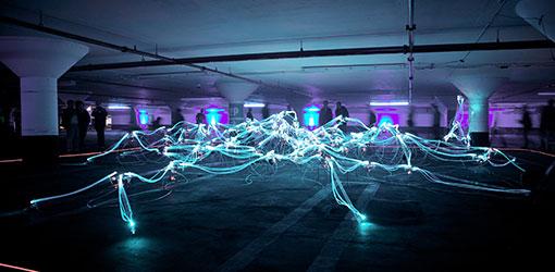 Digital Experience -palvelut - neonvaloja salamoi violettisävytteisessä autohallissa