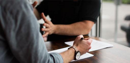 Master Data Management - Två personer som diskuterar frågor om Master Data Management