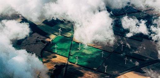 Energiindustrin - Sikt av vindturbiner till och med molnen